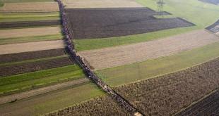 صور لآلاف السوريين في طريقهم إلى أوروبا عن طريق البلقان
