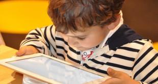 مقال – لماذا يجب إبعاد الأطفال عن الشاشات التي تعمل باللمس؟