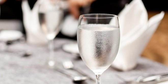 مقال - هل من الضار تناول المشروبات أثناء الأكل؟